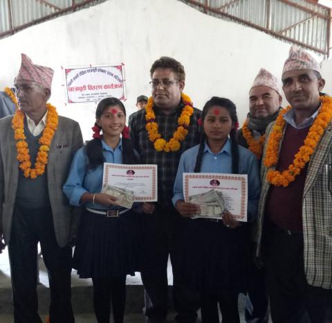 लक्ष्मी कार्की शैक्षिक छात्रबृत्ती कोषबाट २ बालिकाले पाए २० हजार