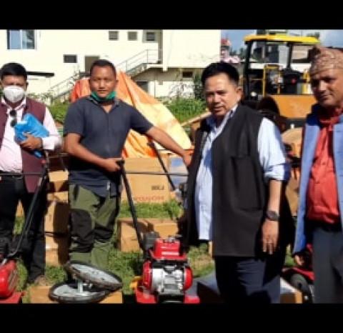 चापाकोट नगरपालिकाद्वारा कृषकलाई हाते ट्रयाक्टर र कागती वितरण