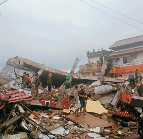 इन्डोनेसियामा ६.२ म्याग्नीच्युडको भूकम्प, ३४ जनाकाे मृत्यु