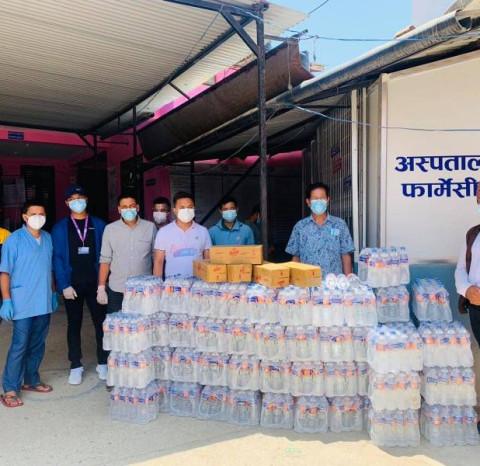 तरूण दल भीरकोटका अध्यक्ष राजकुमार गुरूङद्वारा गह्रौ प्राथमिक अस्पतालमा पिउने पानी र जुस सहयोग