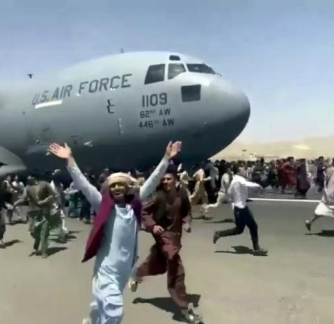 काबुल विमानस्थल अहिले पनि अस्तव्यस्त, देश छोड्न हजारौँ नागरिकको भीड
